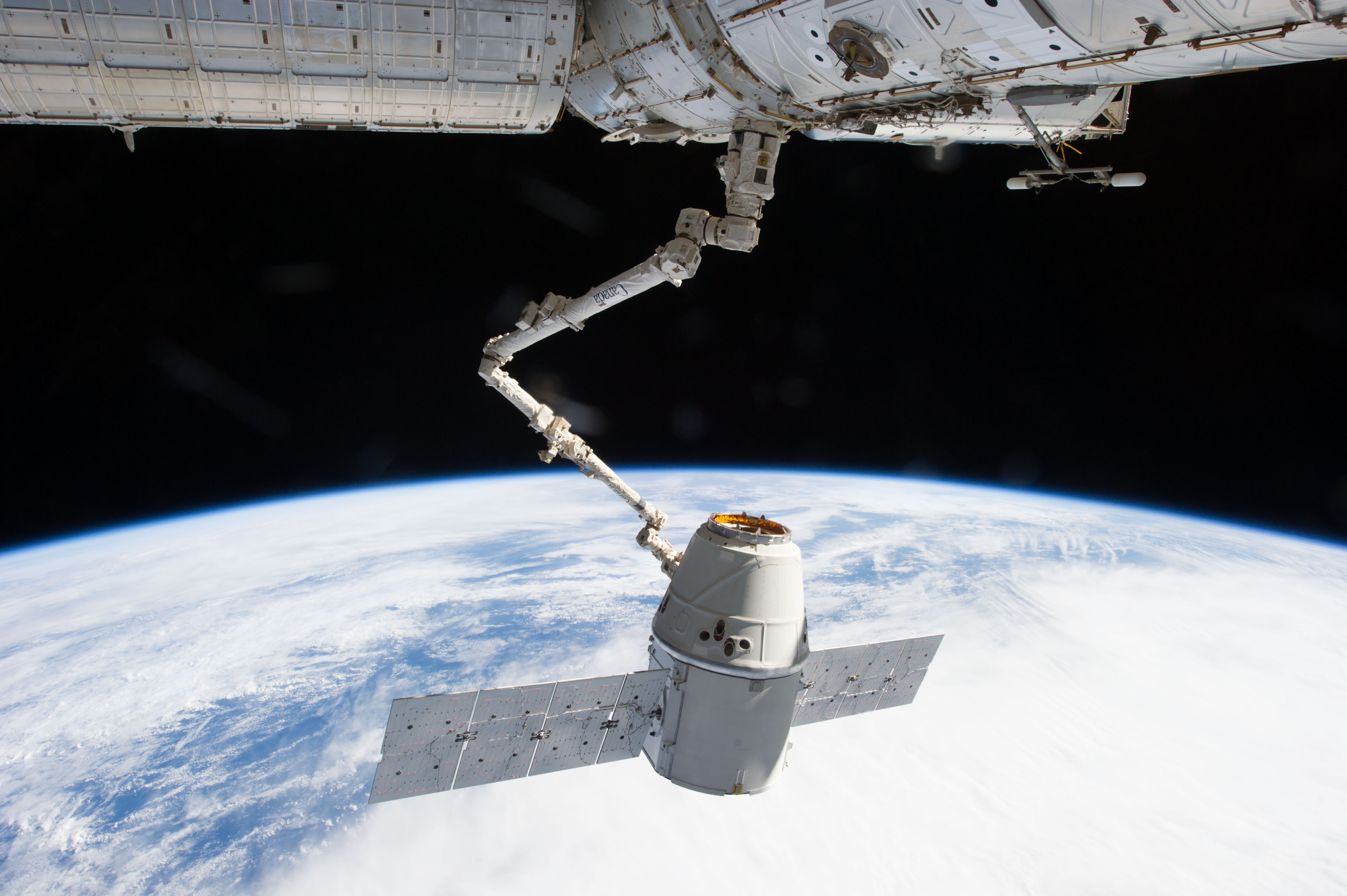 SpaceX_CRS-2_berthing_2