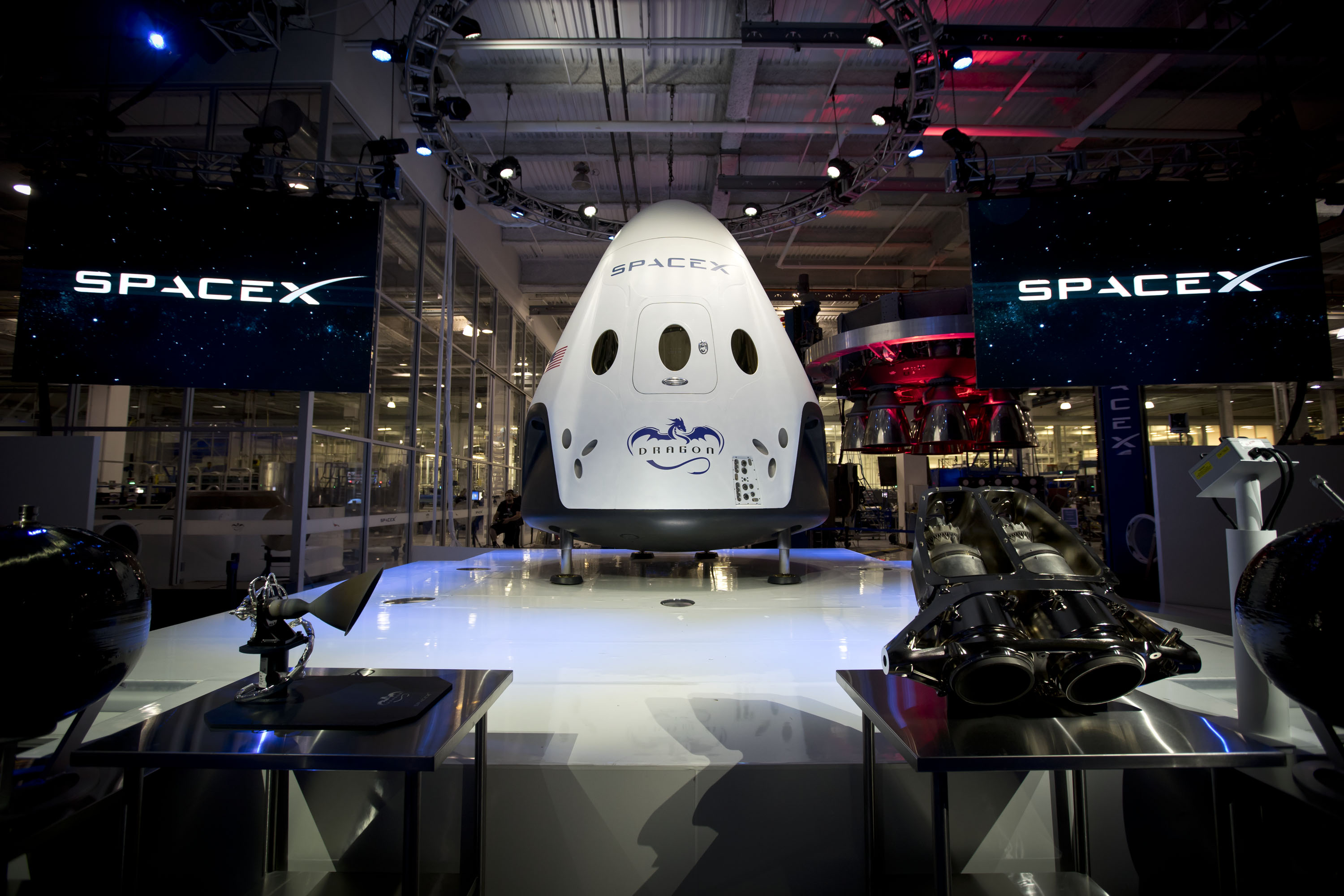 SpaceX_Dragon_v2_(Crew)_unveiled_at_Hawthorne_facility_(16581815487)