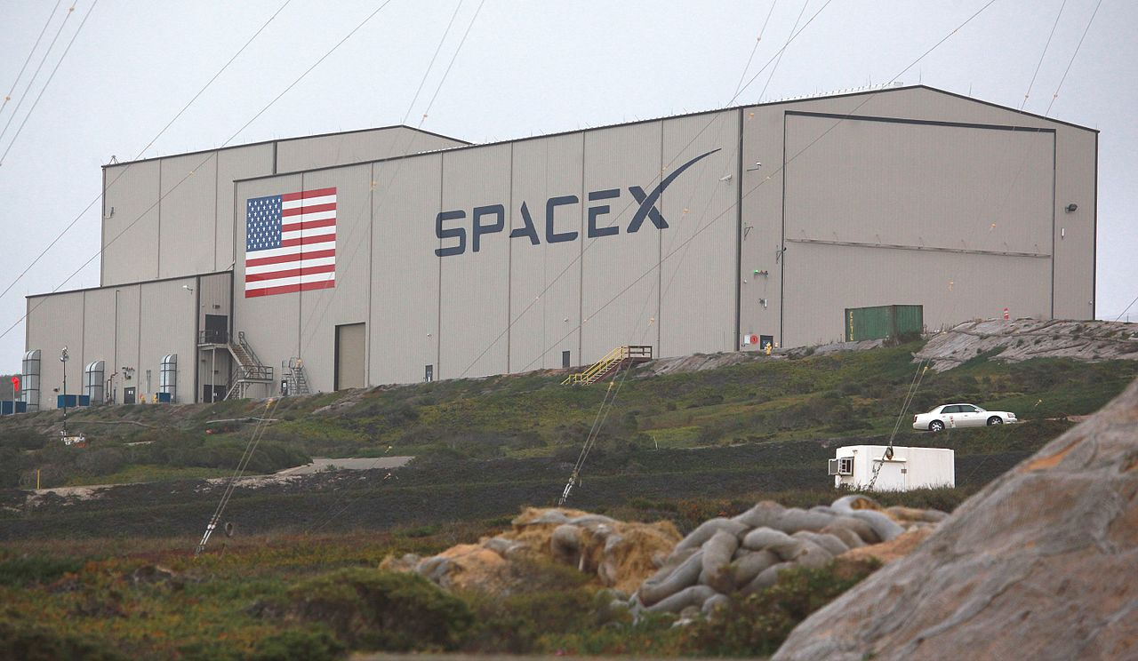 SpaceX_Hangar_at_Vandenberg_AFB_(24347835581)