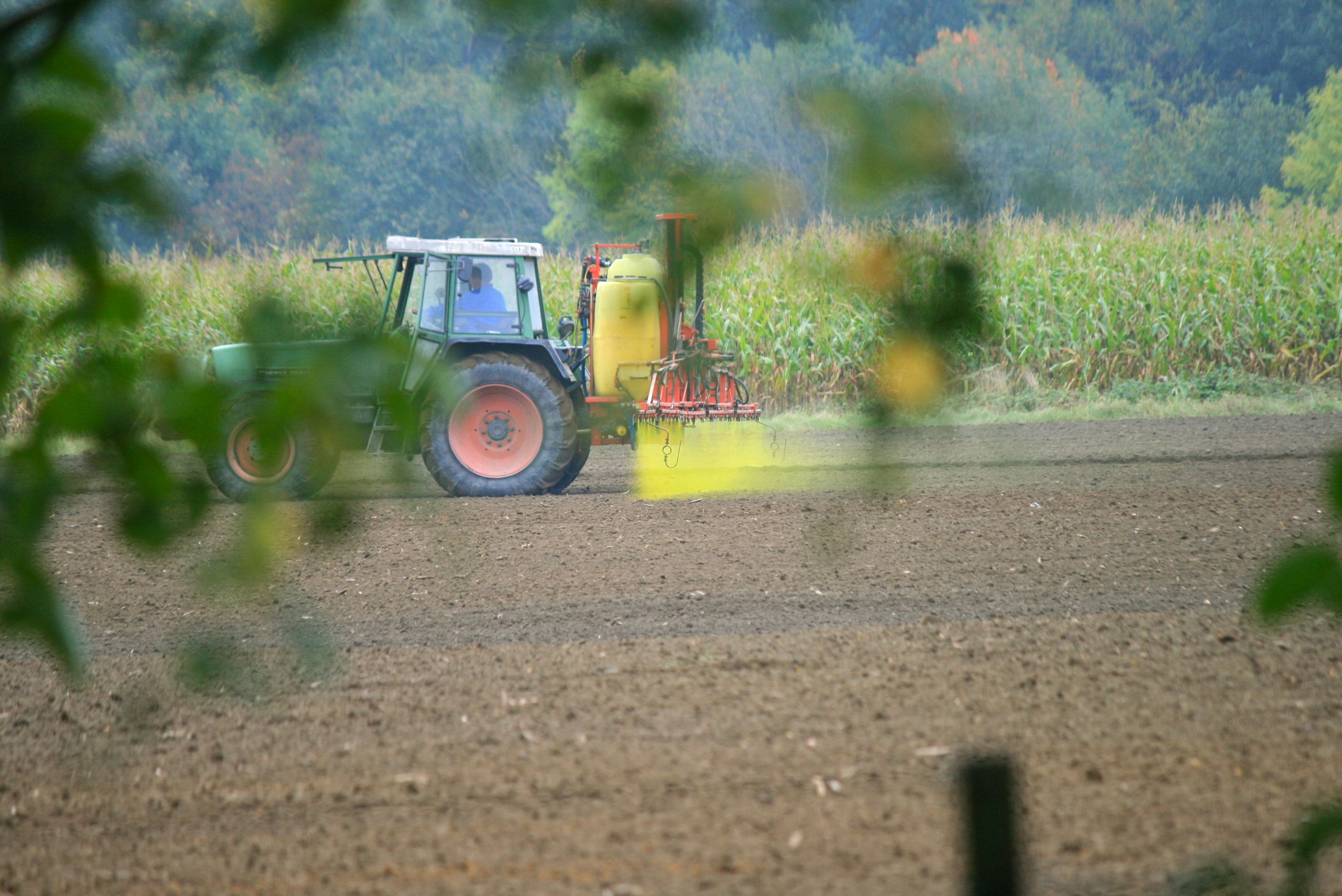 Tractor_spraying_pesticides_IMG_5235