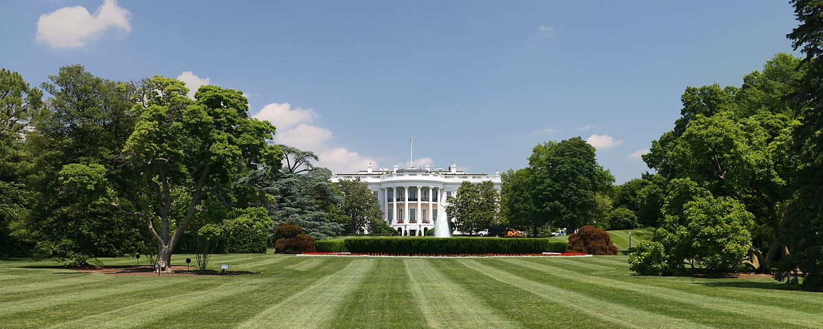 https://thesubmarine.it/wp-content/uploads/2016/08/1200px-White_House_lawn.jpg