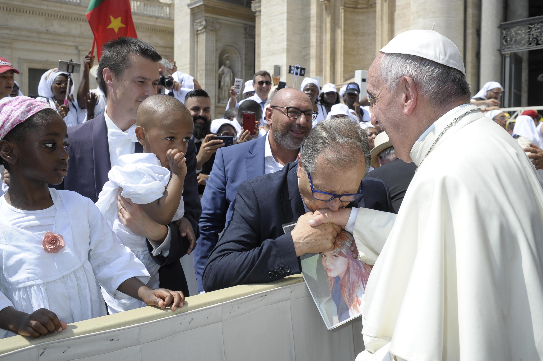 Paolo Picchio, padre di Carolina, con Papa Francesco