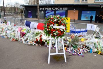 The_Wreath_Laid_by_Secretary_Kerry_and_French_Foreign_Minister_Fabius_Is_Pictured_Outside_the_Hyper_Cacher_Kosher_Market_in_Paris_(16106400057)