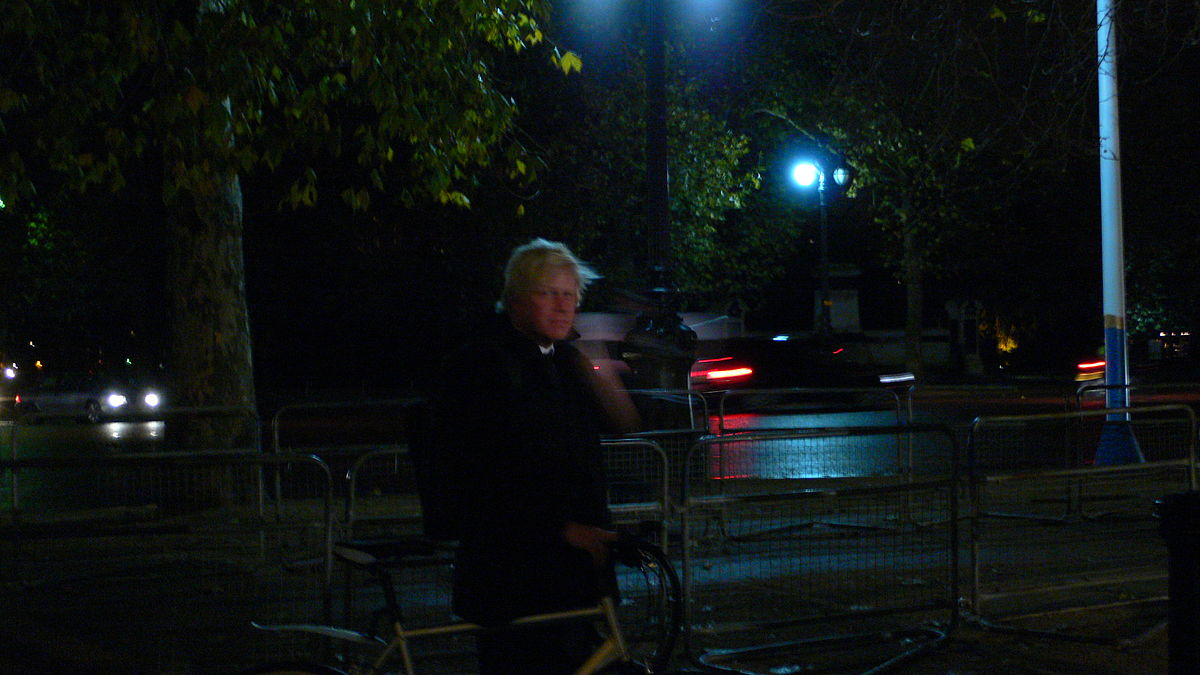 https://thesubmarine.it/wp-content/uploads/2016/10/1200px-Boris_Johnson_arrives_at_the_ICA_by_bicycle.jpg