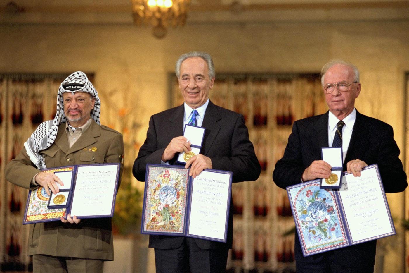 Yasser Arafat, Shimon Peres e Yitzhak Rabin ricevono il premio Nobel per la pace, 1994