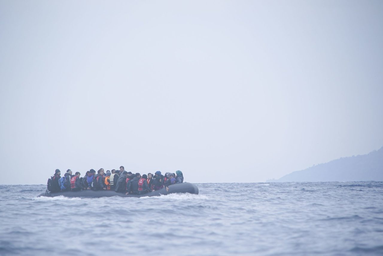 https://thesubmarine.it/wp-content/uploads/2016/10/Refugees_on_a_boat_crossing_the_Mediterranean_sea_heading_from_Turkish_coast_to_the_northeastern_Greek_island_of_Lesbos_29_January_2016-1280x855.jpg