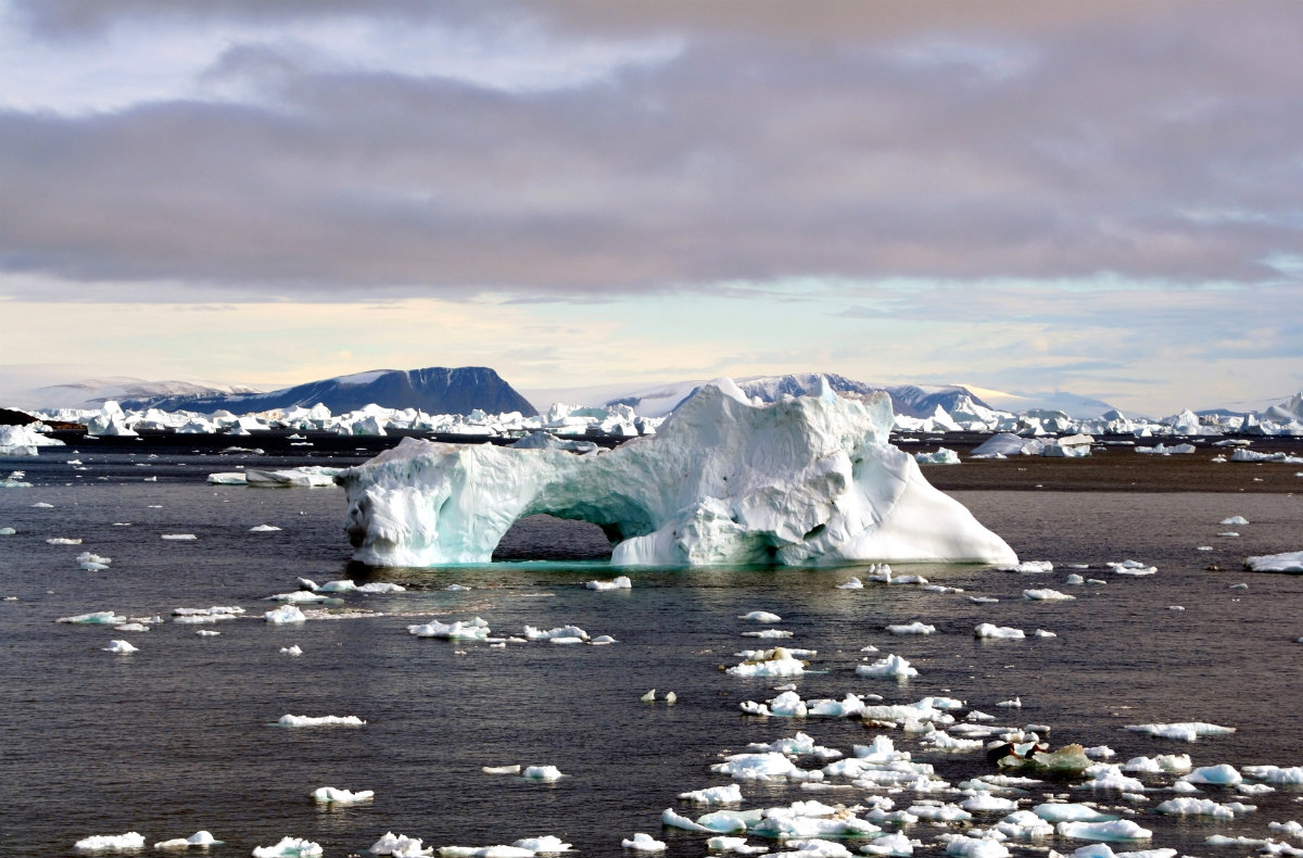 https://thesubmarine.it/wp-content/uploads/2016/11/Iceberg_with_hole_edit.jpg