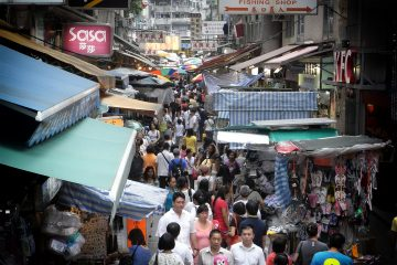 hk_tram_tour_view_wan_chai_tai_yuen_street_street_market_peak_hours_near_johnston_road