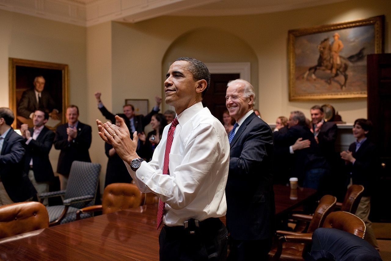 https://thesubmarine.it/wp-content/uploads/2017/01/1280px-Barack_Obama_reacts_to_the_passing_of_Healthcare_bill-1280x853.jpg