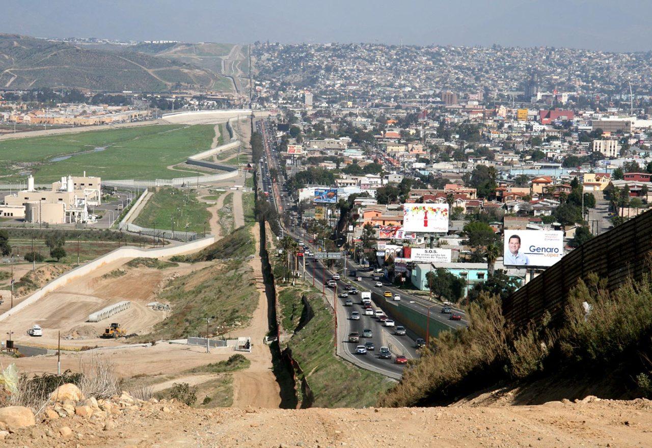 https://thesubmarine.it/wp-content/uploads/2017/01/Border_Mexico_USA-1280x880.jpg