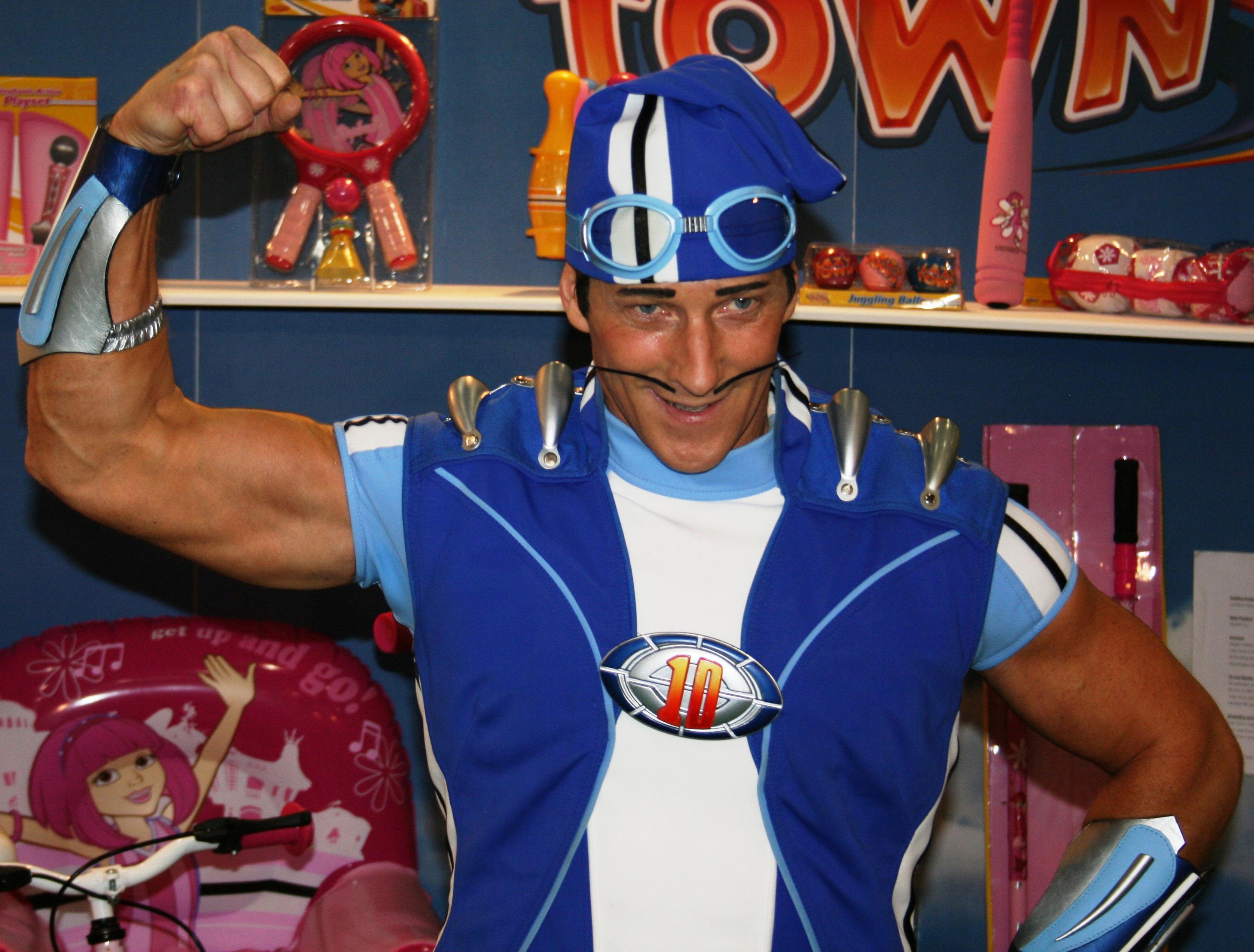 Magnús Scheving, autore della serie, interpreta anche il personaggio di Sportacus.