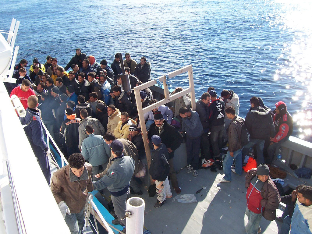 https://thesubmarine.it/wp-content/uploads/2017/02/Boat_People_at_Sicily_in_the_Mediterranean_Sea.jpg