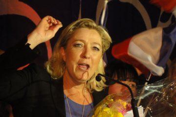 henin-beaumont_-_marine_le_pen_au_parlement_des_invisibles_le_dimanche_15_avril_2012_n