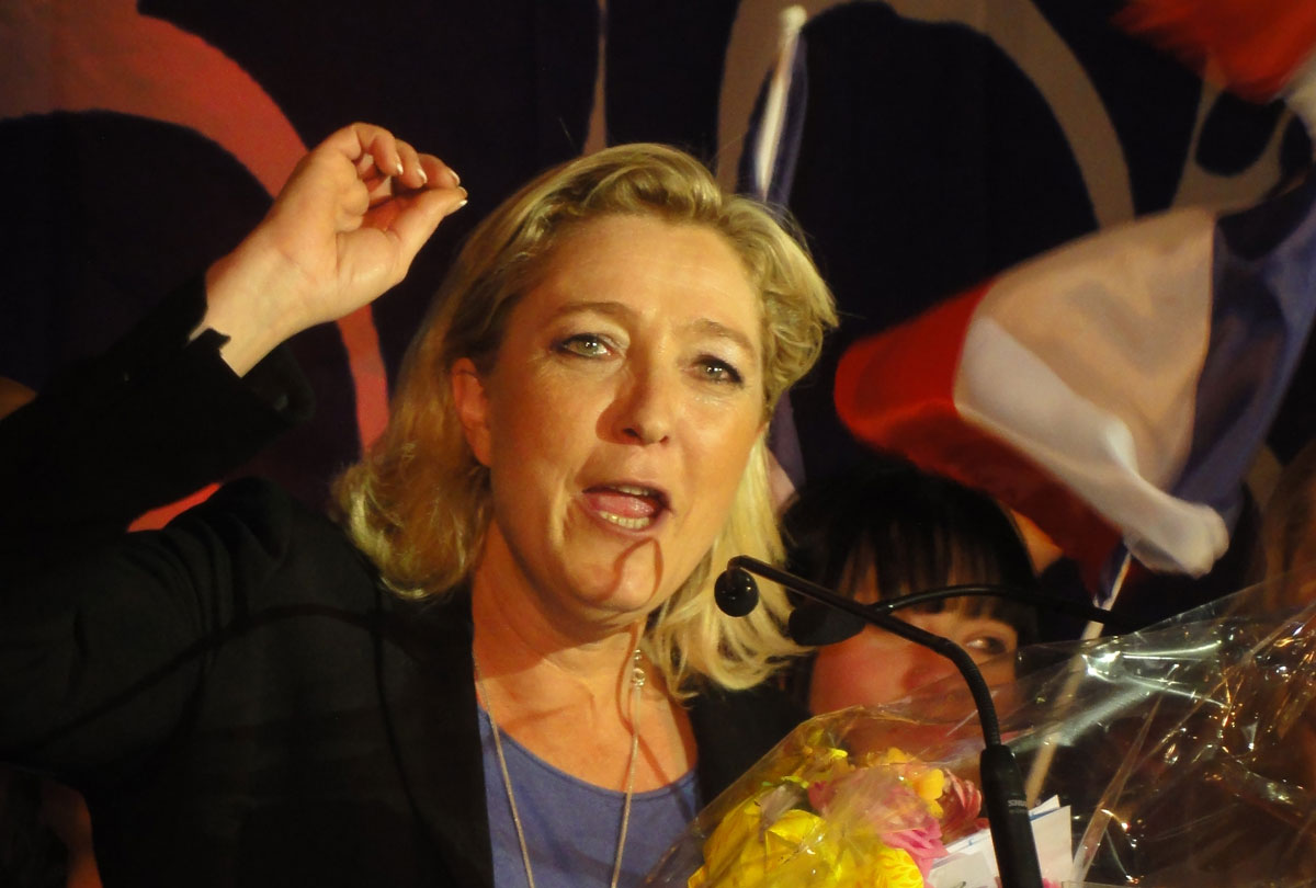 https://thesubmarine.it/wp-content/uploads/2017/02/Hénin-Beaumont_-_Marine_Le_Pen_au_Parlement_des_Invisibles_le_dimanche_15_avril_2012_N.jpg