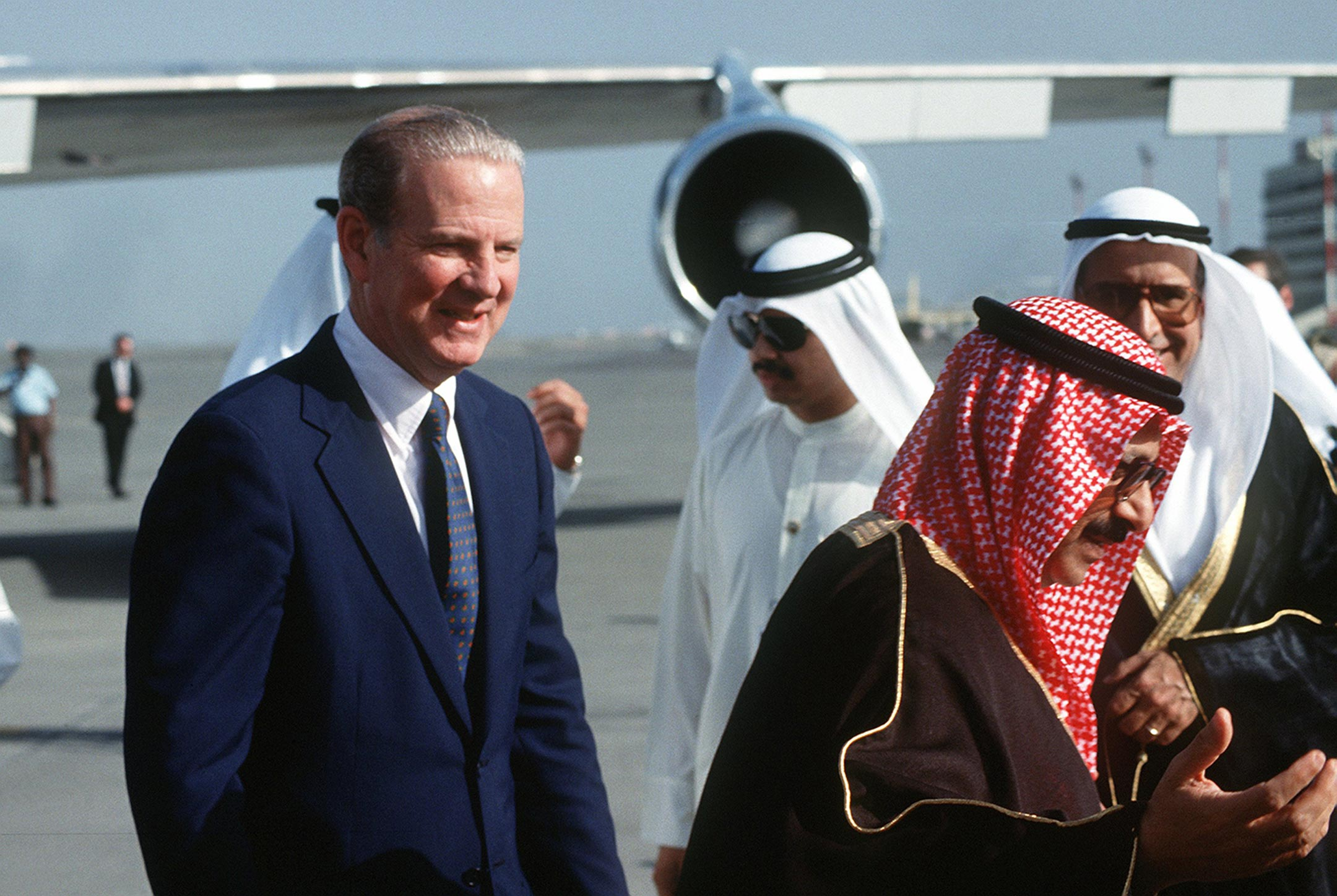 Dagli archivi, James Baker arriva al Kuwait International Airport (1991)