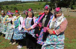 1200px-mujeres_mapuches_en_la_entrega_terreno_a_comunidad_mapuche_lorenzo_quintrileo_de_tirua