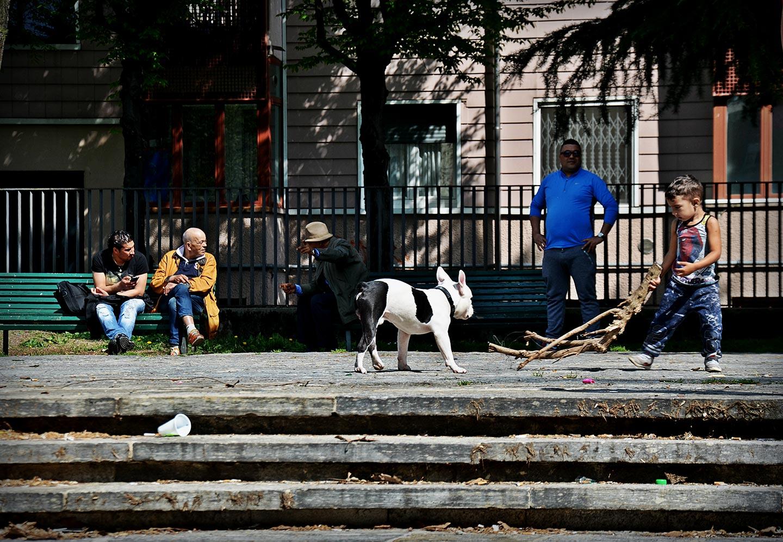 """Largo Giambellino, piazza e parco dove ha sede la biblioteca di zona, l'associazione """"Casetta verde"""" e il Mercato Comunale. Insieme a piazza Tirana, si può considerare come uno dei fulcri del quartiere."""