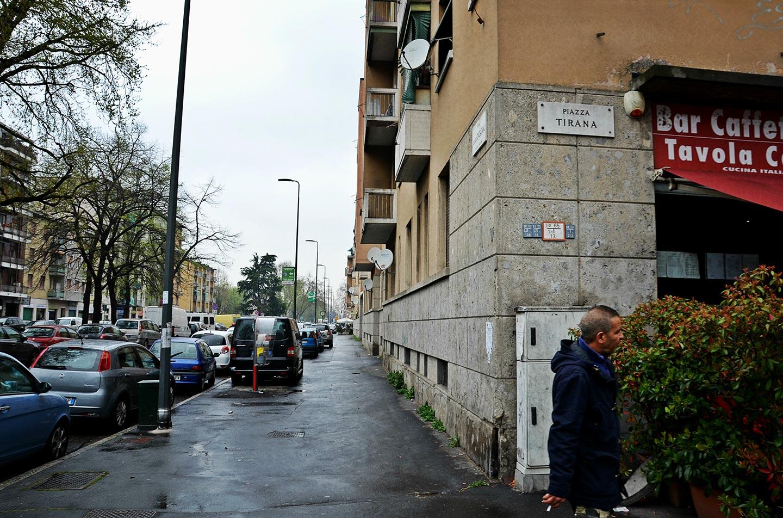 """""""E poi quella stessa piazza Tirana, che diventa una delle più grandi piazze di spaccio d'Europa, rifornita dalle famiglie mafiose di Trezzano sul Naviglio e controllata dalla malavita vicina ai neofascisti. Una sfilata di centinaia di tossici, il quartiere coperto di siringhe, l'80% dei giovani sieropositivi, un'ecatombe."""""""