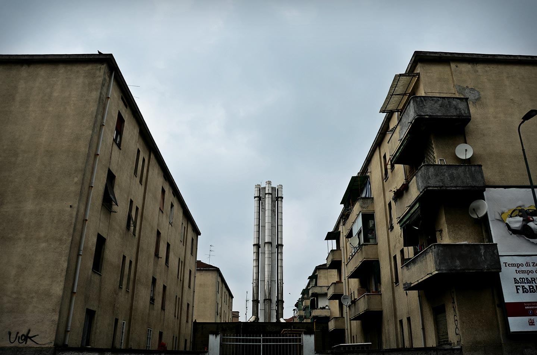 """Il """"blocco,"""" le case popolari Aler di via Lorenteggio, viste da dietro, da via Giambellino."""