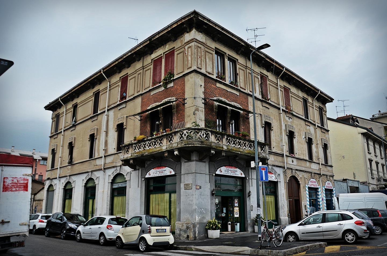 """Ciò che rimane della """"Trattoria Bersagliera"""" di piazza Tirana, punto di ritrovo, insieme alla biblioteca di via Odazio, dei Brigatisti milanesi negli anni Settanta."""