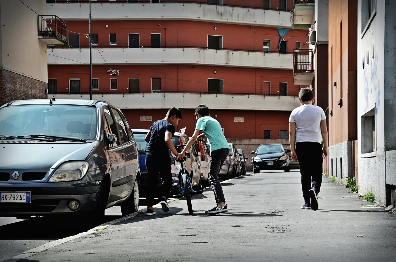 Bambini giocano in via Degli Apuli, una delle strade che attraversano il quartiere popolare. In via Degli Apuli abitava il noto criminale italiano Renato Vallanzasca, anche lui cresciuto nel Giambellino-Lorenteggio.