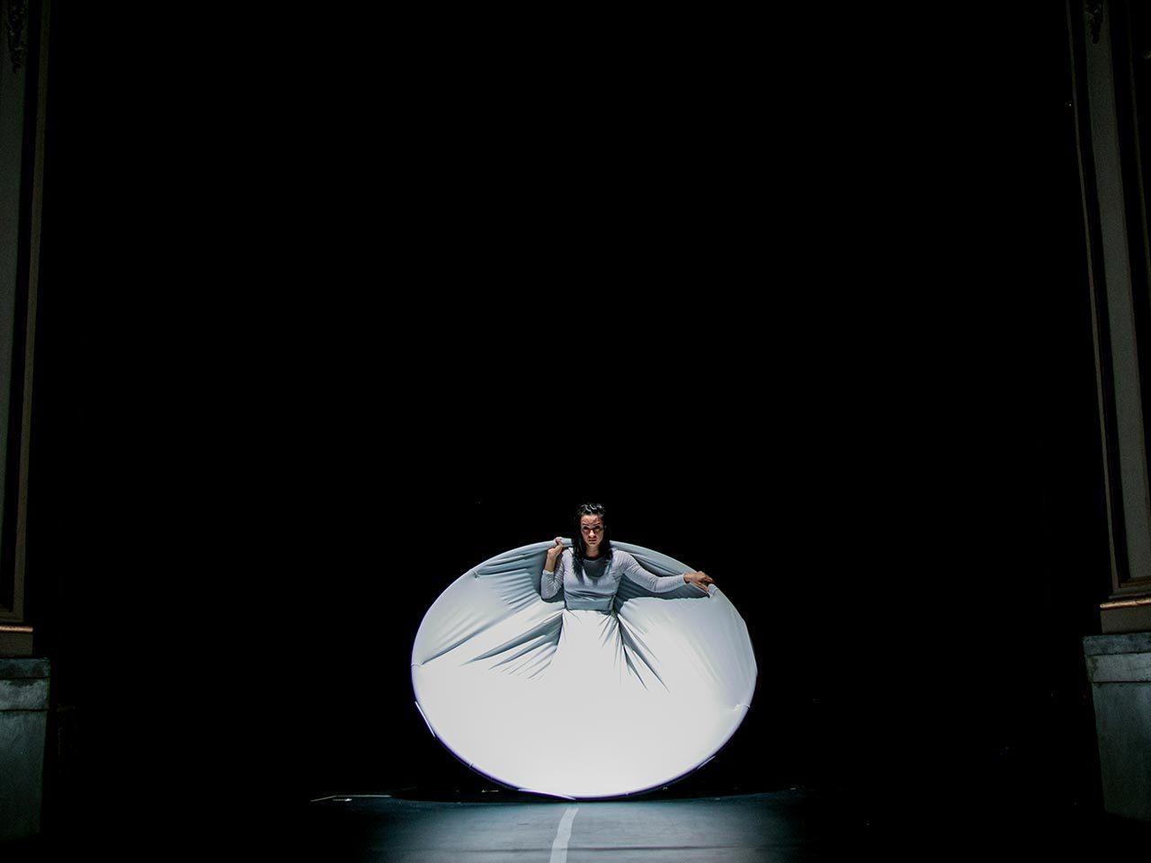 Il circo contemporaneo tiene il teatro con il naso in su