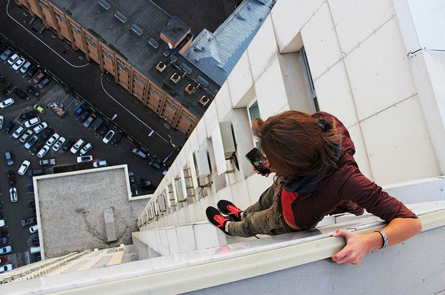 https://thesubmarine.it/wp-content/uploads/2017/03/roof-climbing-girl-dangerous-selfies-angela-nikolau-russia-10.jpg