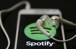 Cellulare applicazione di Spotify con cuffie