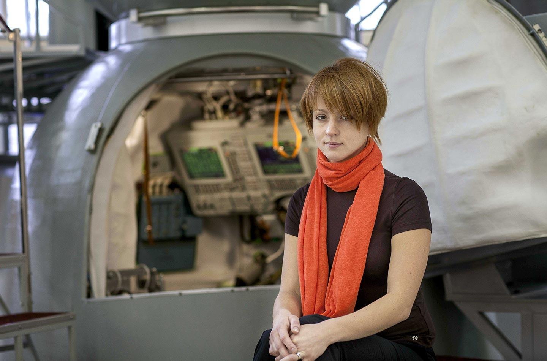 Alexandra Tyurina è allenatrice per cosmonauti e spera di volare anche lei nello Spazio. Suo padre è cosmonauta e volò per tre volte nello Spazio.