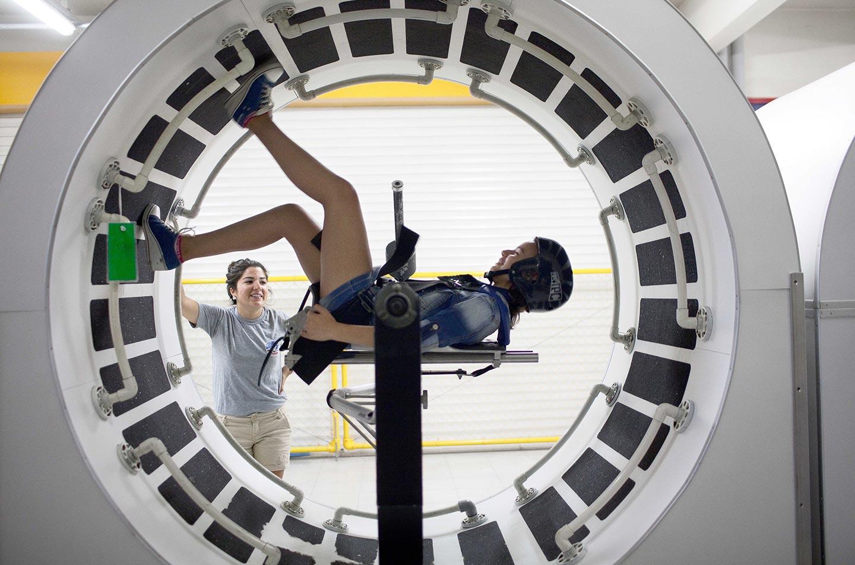 """Mihaela, 13 anni, usa la """"Space Station Mobility Trainer"""" (sulla quale gli astronauti si esercitano prima di passare un lungo periodo di tempo nella Stazione Spaziale) durante la settimana dell'International Summer Program presso il Campo Spaziale a Izmir."""