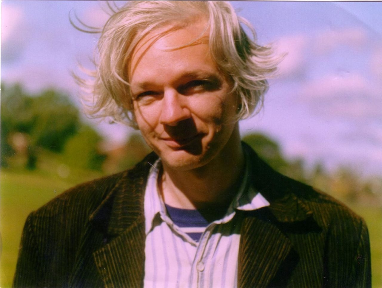 https://thesubmarine.it/wp-content/uploads/2017/05/1280px-Julian_Assange_full-1280x967.jpg