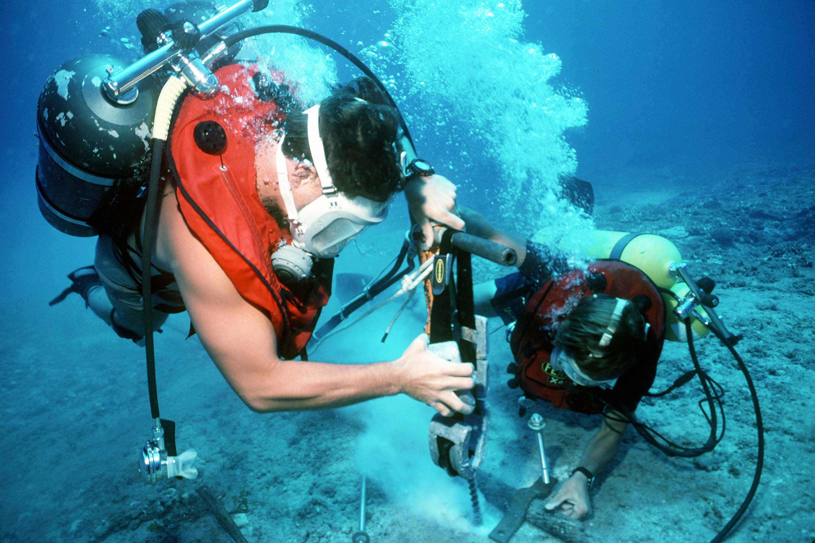 Subacquei posano cavi sottomarini