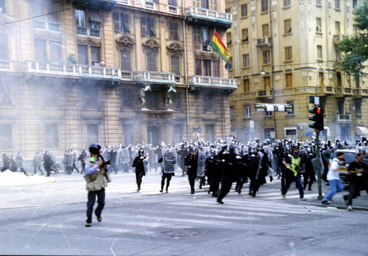 https://thesubmarine.it/wp-content/uploads/2017/06/Genova-G8_2001-Carica_della_polizia-1280x892.jpg