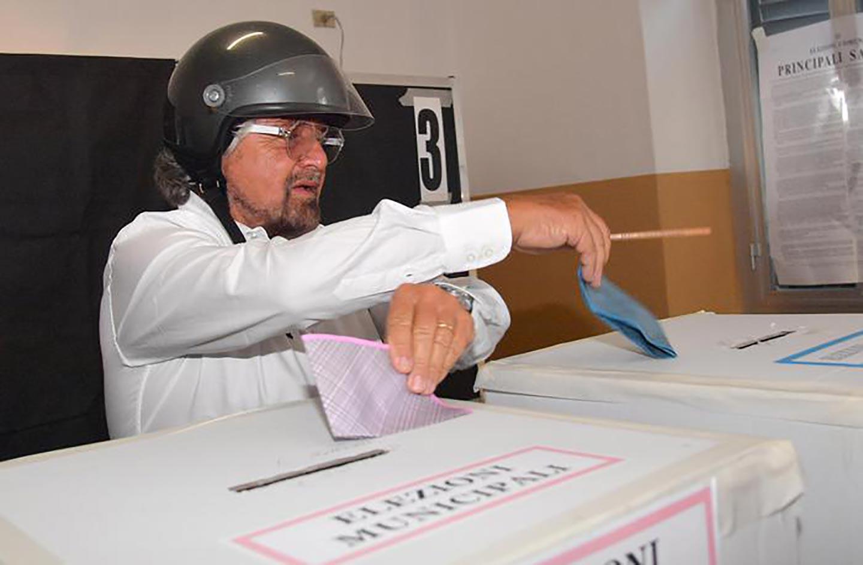 Beppe Grillo si difende dal controllo mentale degli alieni. Foto via twitter