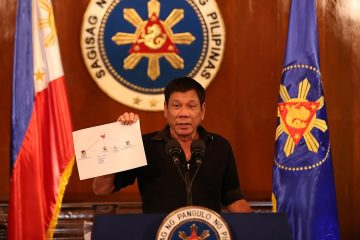 rodrigo_duterte_showing_diagram_of_drug_trade_network_1_7-7-16