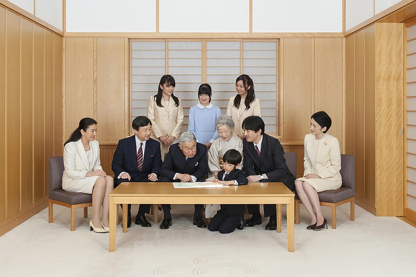 emperor_akihito_and_empress_michiko_with_the_imperial_family_november_2013