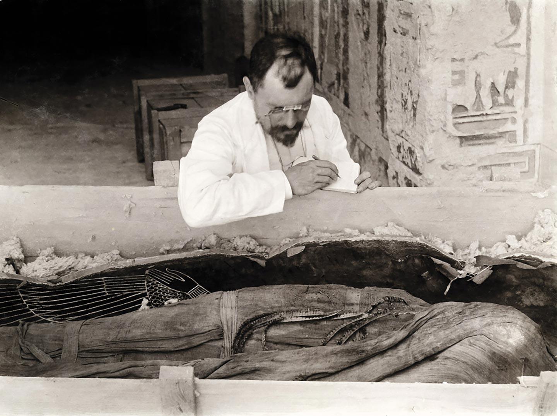 victor-loret-copia-le-iscrizioni-dalle-bende-della-mummia-di-amenofi-iii-1898-__-universit__-degli-studi-di-milano-biblioteca-e-archivi-di-egittologia-nr-archiv-221