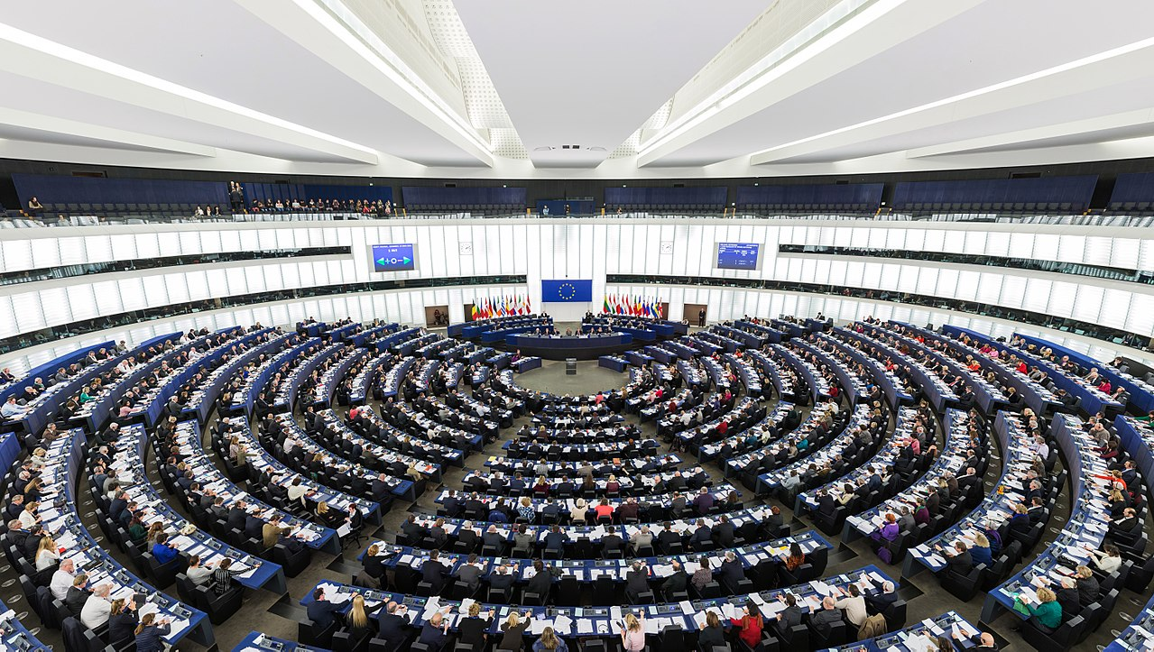1280px-european_parliament_strasbourg_hemicycle_-_diliff