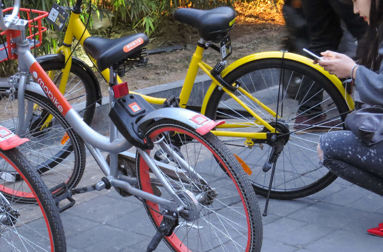 https://thesubmarine.it/wp-content/uploads/2017/10/Two_normal_Mobikes_and_a_vandalized_Ofo_bicycle_20170315182513-1280x844.jpg