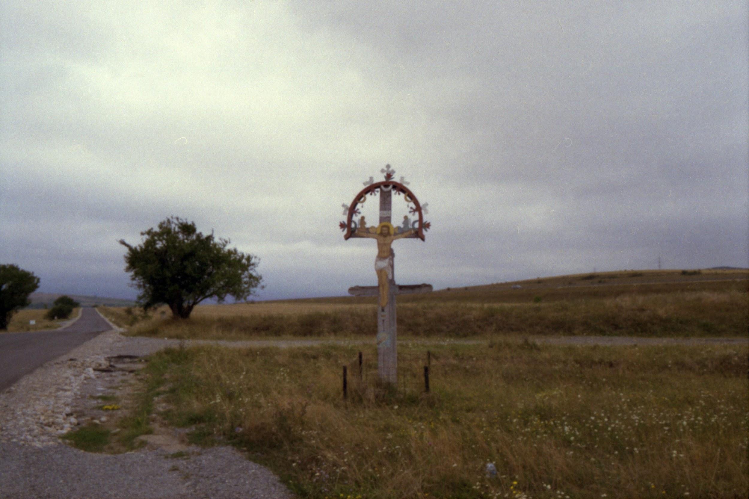Crocifisso protetto da una sicura recinzione