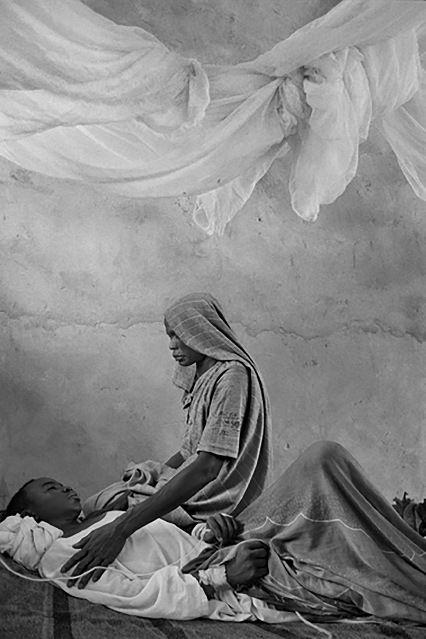 Una madre veglia sul figlio. Sudan, Darfur, 2003. © James Nachtwey/Contrasto