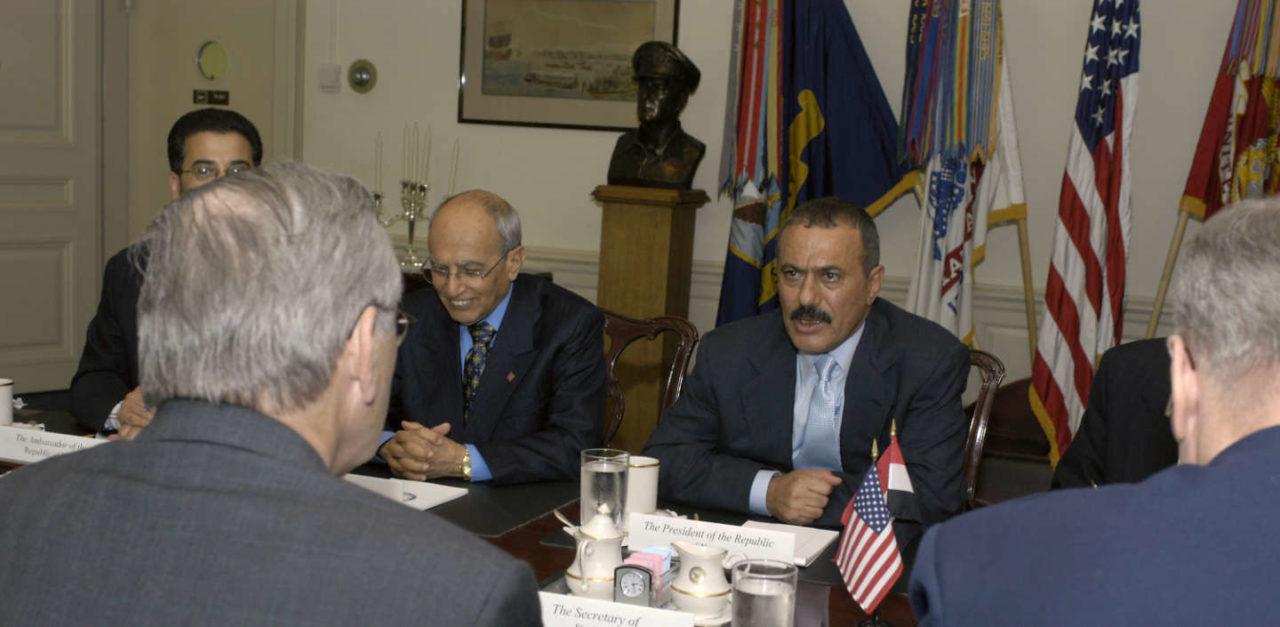 https://thesubmarine.it/wp-content/uploads/2017/12/Ali_Abdullah_Saleh_meets_Donald_H._Rumsfeld_at_Pentagon_2004-1280x627.jpg