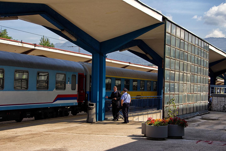 La preparazione del treno Sarajevo – Zagabria nella stazione della capitale bosniaca.
