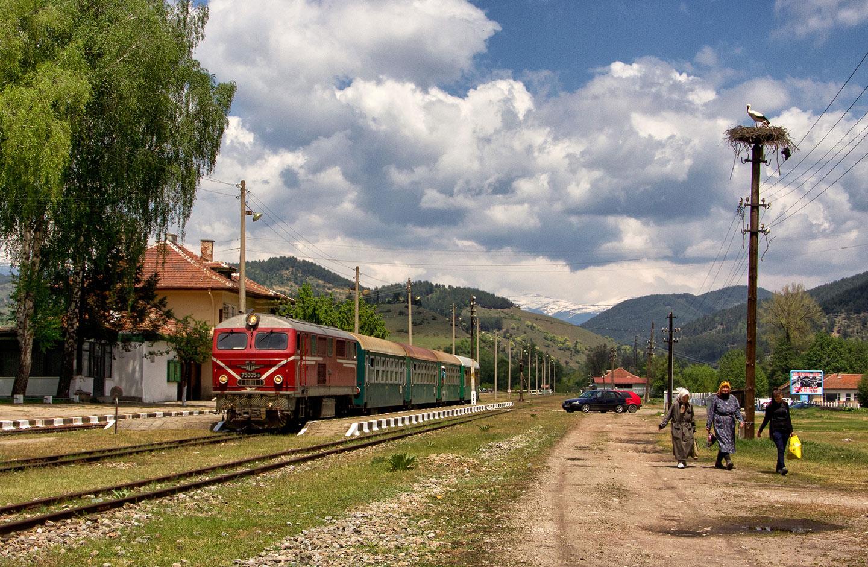 Sosta alla stazione di Banja per questo regionale diretto a Dobrinishte. Siamo ormai a pochi chilometri dal capolinea.