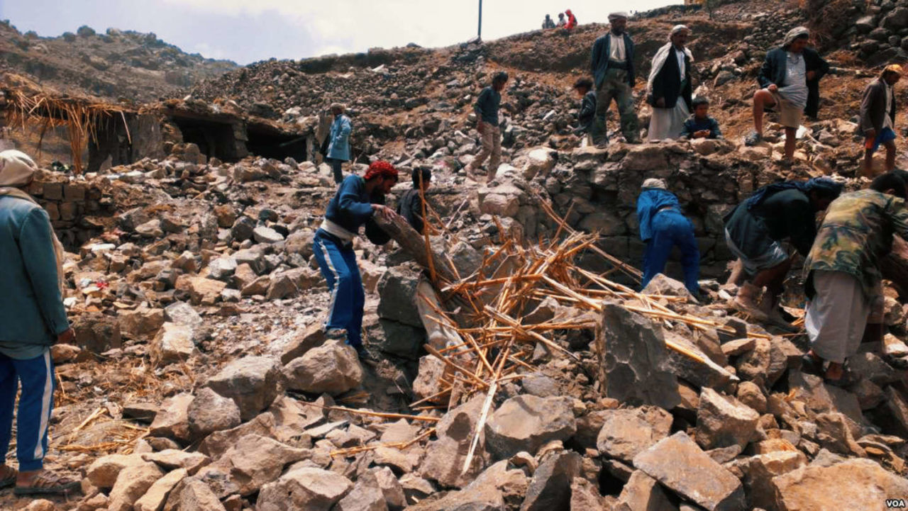 https://thesubmarine.it/wp-content/uploads/2017/12/Villagers_scour_rubble_for_belongings_scattered_during_the_bombing_of_Hajar_Aukaish_-_Yemen_-_in_April_2015-1280x721.jpg