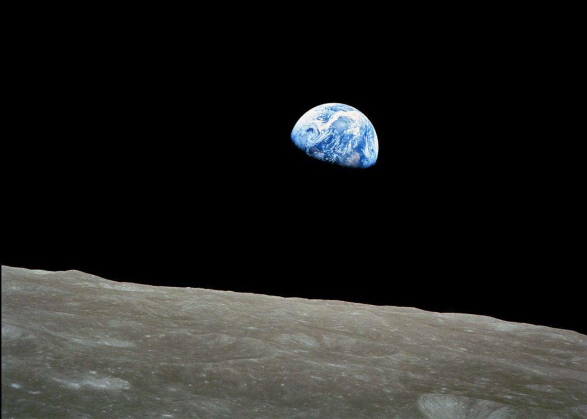 La foto scattata dall'equipaggio dell'Apollo 8 nel 1968, mentre orbitava intorno alla Luna