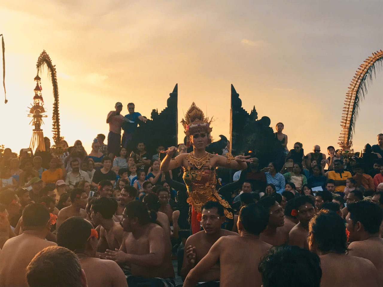 https://thesubmarine.it/wp-content/uploads/2018/01/Kecak-a-Uluwatu-6-1280x960.jpg