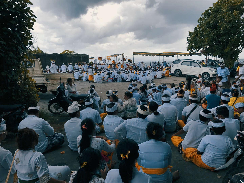 Momento di preghiera durante il rito di purificaziona a Purnama Beach, Sukawati