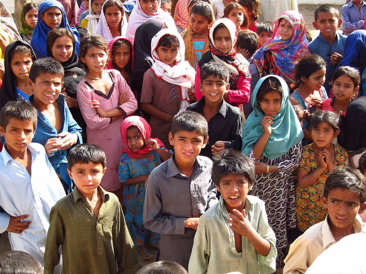 https://thesubmarine.it/wp-content/uploads/2018/02/Children_in_a_village_Sindh_Pakistan_April_2012_8405077775-1280x960.jpg