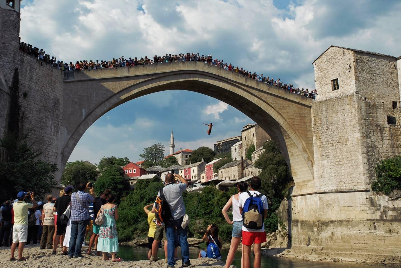 Dallo Stari Most di Mostar si lanciano i tuffatori del vecchio ponte. Nel corso degli anni sono diventati una vera attrazione cittadina